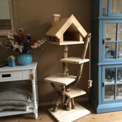 Krabpaal gemaakt van steigerhout en berkenstammen. De krabpaal heeft 3 platneus en een huisje voor de kat.