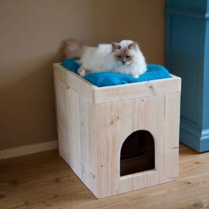 Katttenbak ombouw model Pers. Aangekleed met poes bovenop. De kattenbakombouw is gemaakt van steigerhout.