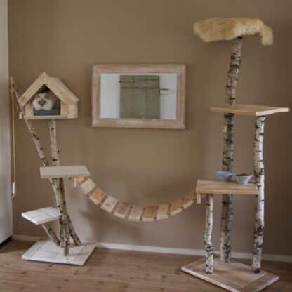 Overzicht van een aangeklede katten krabpaal gemaakt van steigerhout en katten burg.