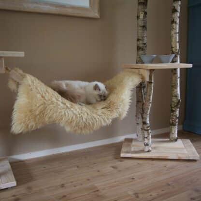 Aangeklede katten brug met een schapenvacht.