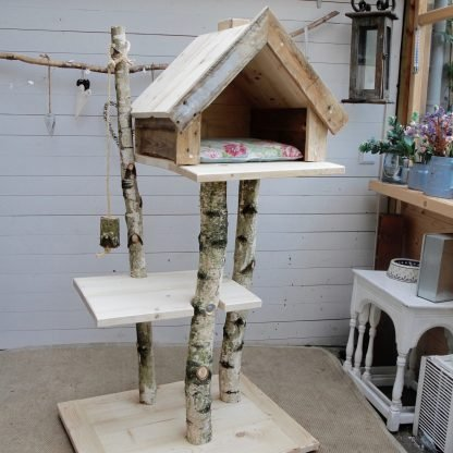Houten krabpaal model Bengaal. Grote krabpaal met huisje gemaakt voor grote en zware katten.
