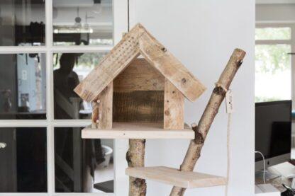Vooraanzicht van houten krabpaal. Model Huiskat.