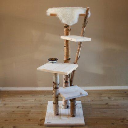 Krabpaal voor katten model Ragdoll. Deze krabpaal is gemaakt van steigerhout en berkenstammen. Bovenop ligt een schapenvacht.