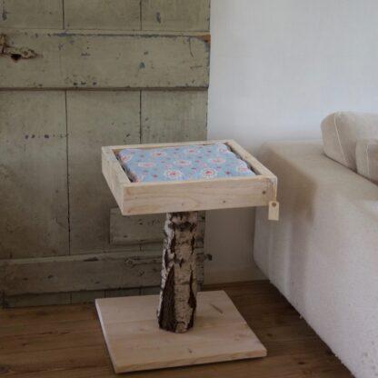 Krabpaal gemaakt van steigerhout en berkenstammen. 75 cm hoog met ligplek
